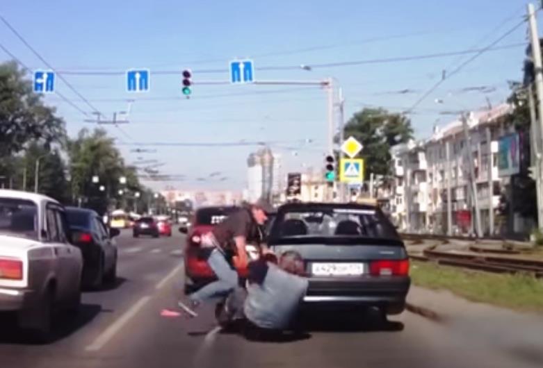 Конфликт произошел на проспекте Ленина. На кадрах видно, как из остановившейся впереди иномарки в