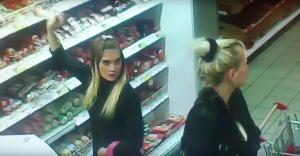 На видео две молодых девушки, одной из которых еще явно нет и 18 лет, крадут дорогую сырокопченую