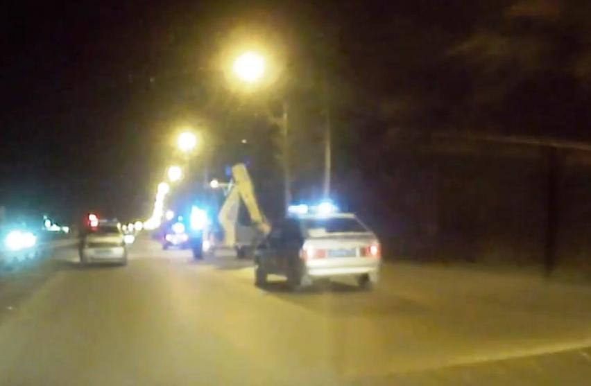 На видеозаписи, которую выложили в Интернет очевидцы необычного случая, видно, как за трактором г