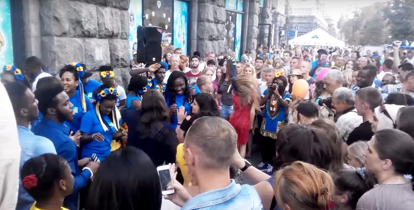 Блогер едко прокомментировал присланные ему из украинской столицы видеосюжеты празднования. «О не