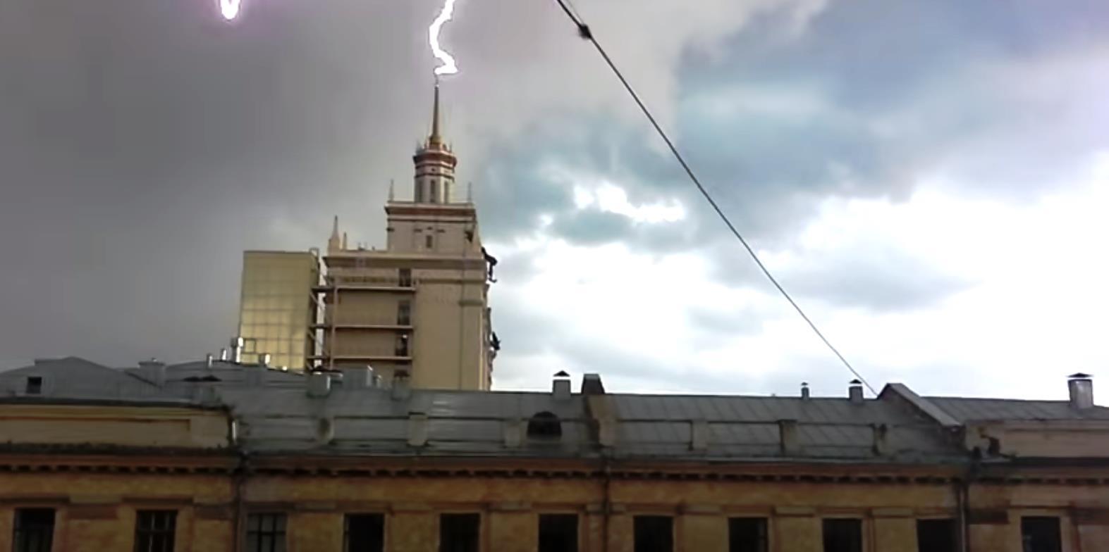 Видео, выложенное пользователем Вадимом Закировым, уже собрало около 10 тысяч просмотров. Шпиль з