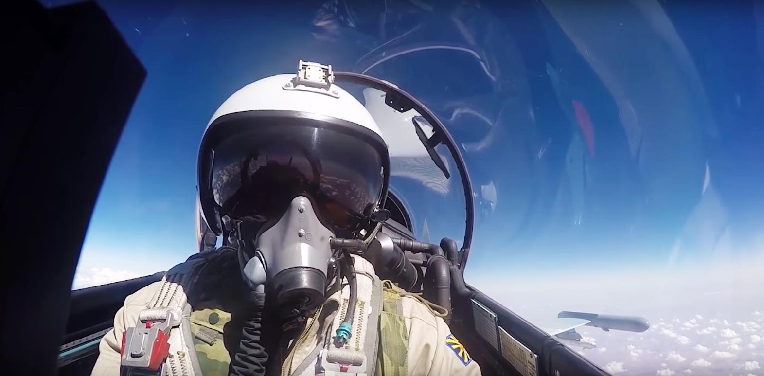 Взлетая с сирийской авиабазы Хмеймим, российские истребители с закрашенными серо-голубой краской
