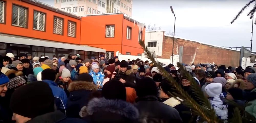 В Усть-Катаве сегодня, 14 февраля, рабочие вагоностроительного завода вышли на митинг к проходной
