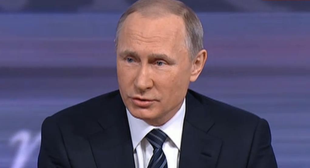 Владимир Путин появился в зале под аплодисменты и предложил сразу начать с вопросов. В это