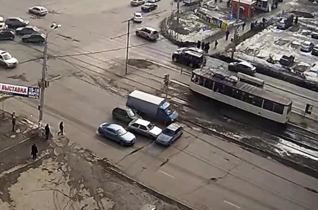 Видеозапись произошедшего выложили пользователи соцсетей. На видео легковой автомобиль, припарков
