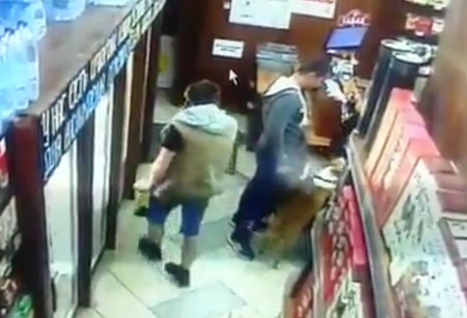 В группе ВКонтакте было размещено видео, на котором мужчина с собакой заходит в алкомаркет. «На п