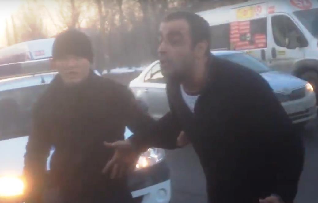 Конфликт был снят на видео (видимо, снимал кто-то из пассажиров, ставших свидетелями разборки), р