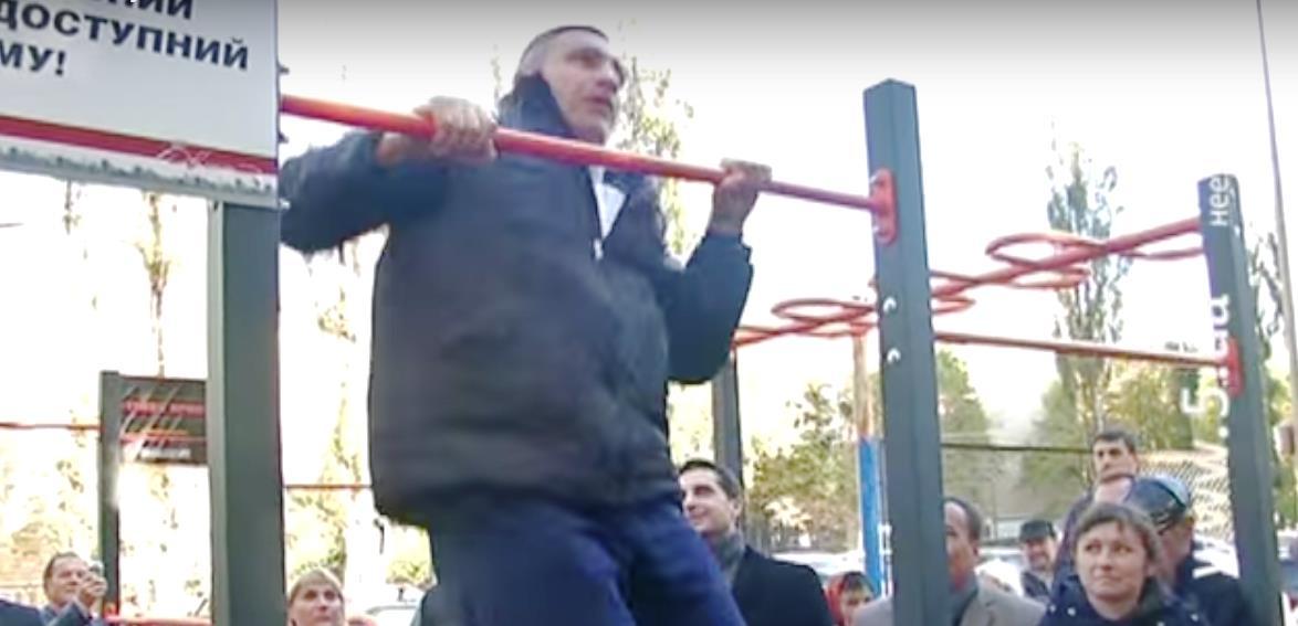 Подойдя к турнику, Кличко заявил, что на перекладине занимается с детства и считает упражнения на