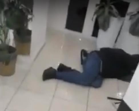 В парикмахерскую Челябинска пришел неадекватный посетитель, который представился бывшим сотрудник
