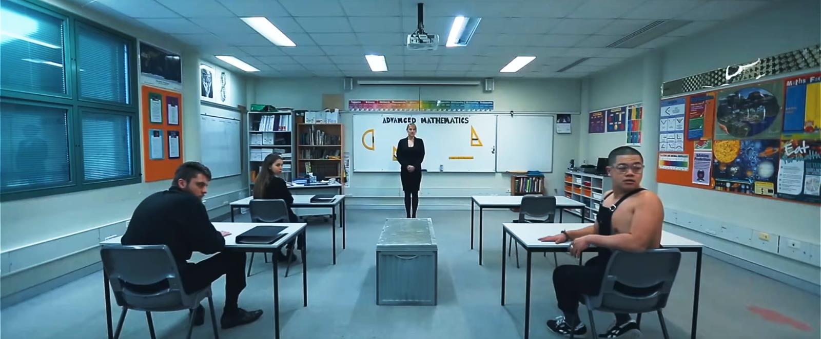 Новичок приходит в старший класс на урок математики и запинается о странный, похожий на гроб ящик