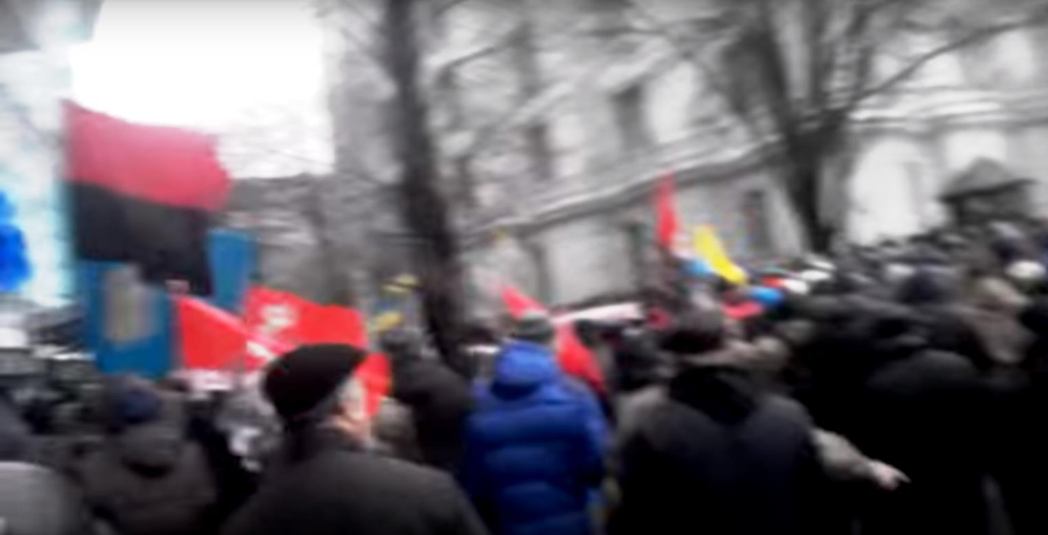 Толпа попыталась взять штурмом офис украинского олигарха-миллиардера Рината Ахметова, регулярно о