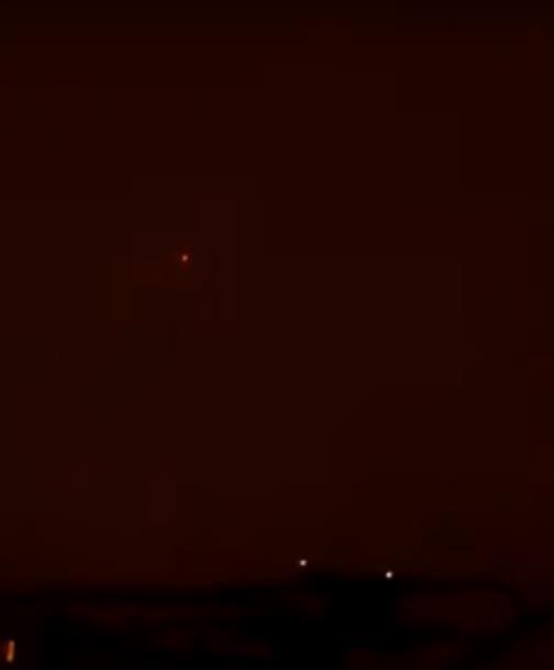 Автор выложенной на yutube 23 марта видезаписи утверждает, что светящийся объект плавно и бесшумн
