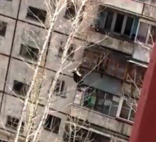 Челябинец пытался перелезть с одного балкона на другой, но не удержался и сорвался вниз. Произоше