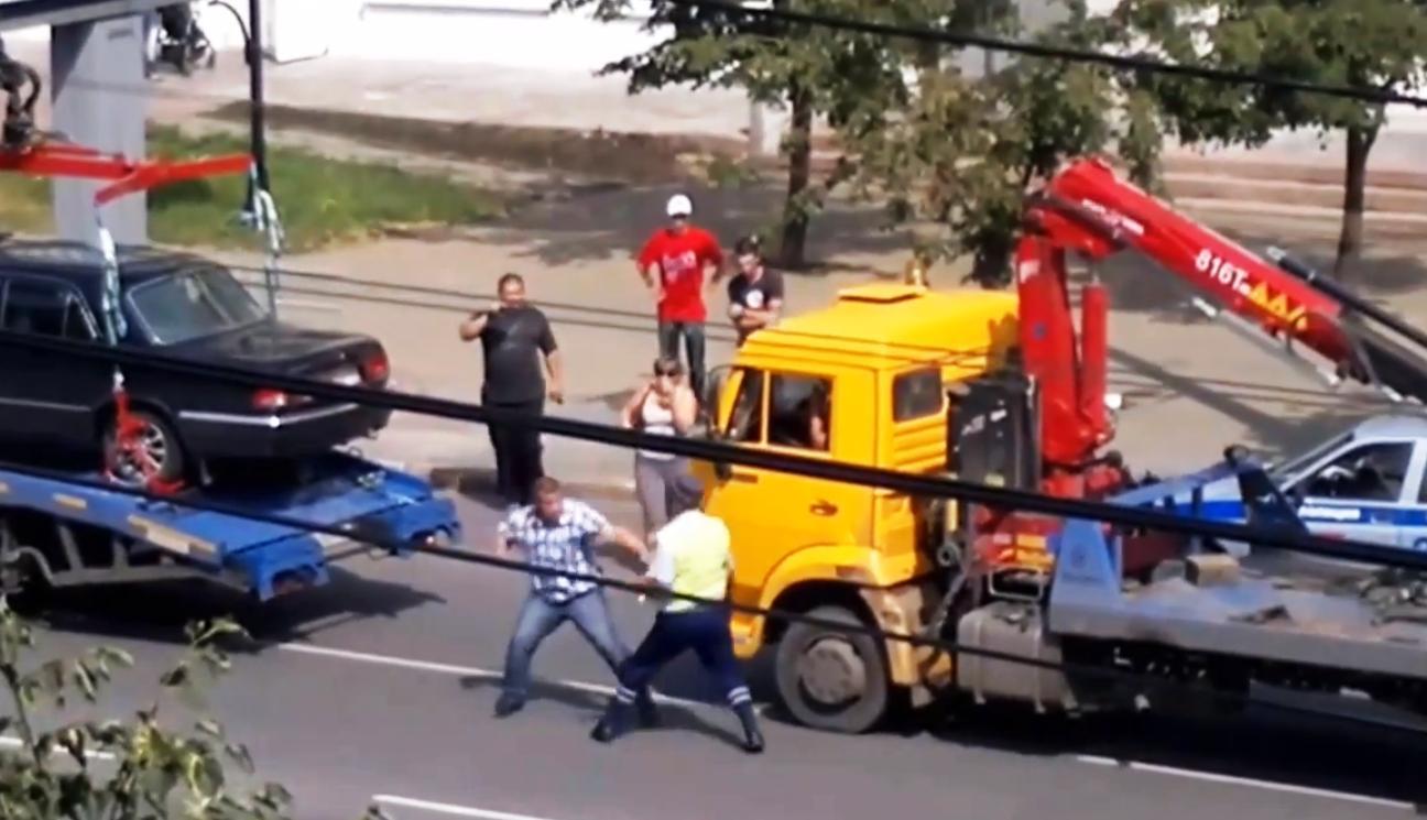 Инцидент произошел в пятницу, 12 июля, напротив остановки «Публичная библиотека». Владелец «Волги