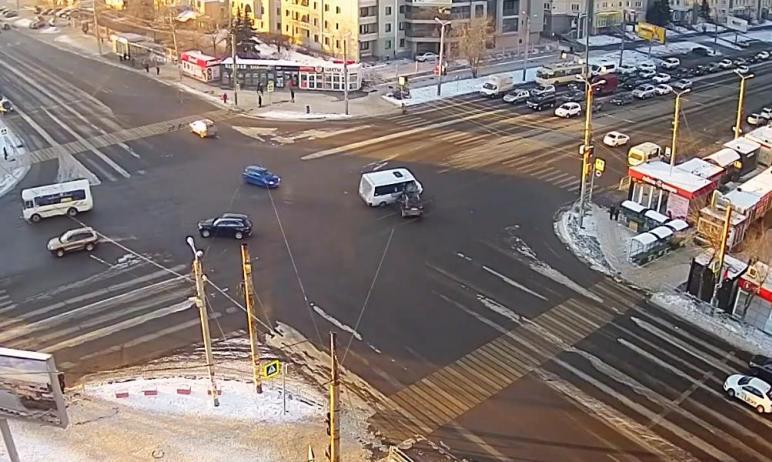 В понедельник утром, 7 декабря, на северо-западе Челябинска водитель автомобиля Lexus врезался в