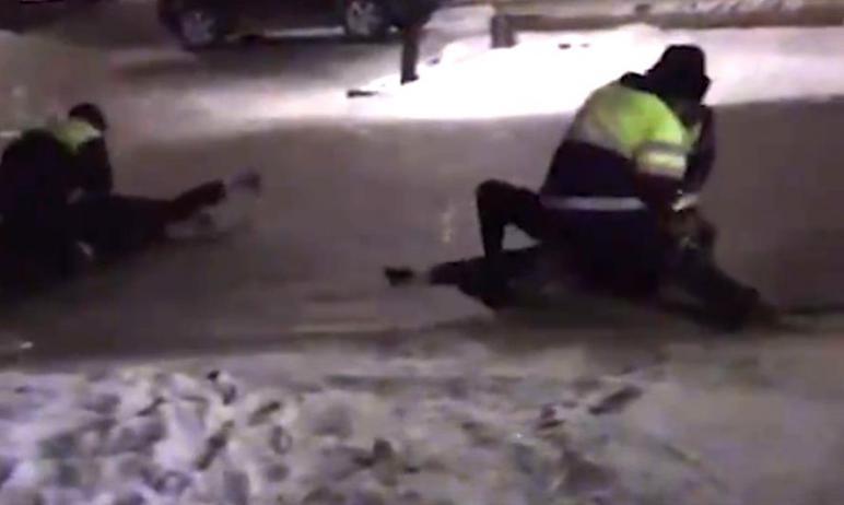В Златоусте (Челябинская область) сержант, надевший на себя форму подполковника, избил полицейско