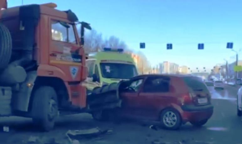 Серые тросовые ограждения, установленные на северо-западе Челябинска на проезжей части дорог, пом
