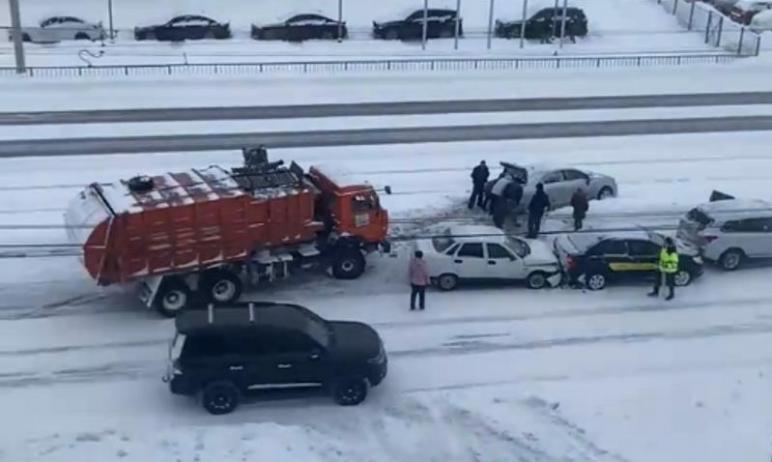В Магнитогорске (Челябинская область) после массового столкновения машин один из автомобилей выле