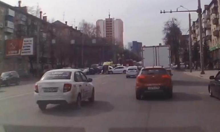 Сегодня, 22 апреля, в центре Челябинска произошло столкновение трех иномарок. Одну из них от удар