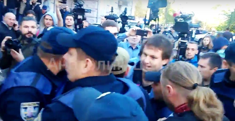 Как заявил в своем интернет-блоге скрывающийся в Европе оппозиционный украинский журналист Анатол