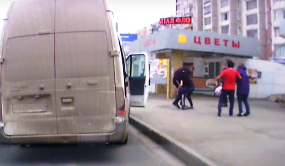 После драки водитель сел за руль маршрутки и попытался уехать, но мужчина схватился за переднюю д
