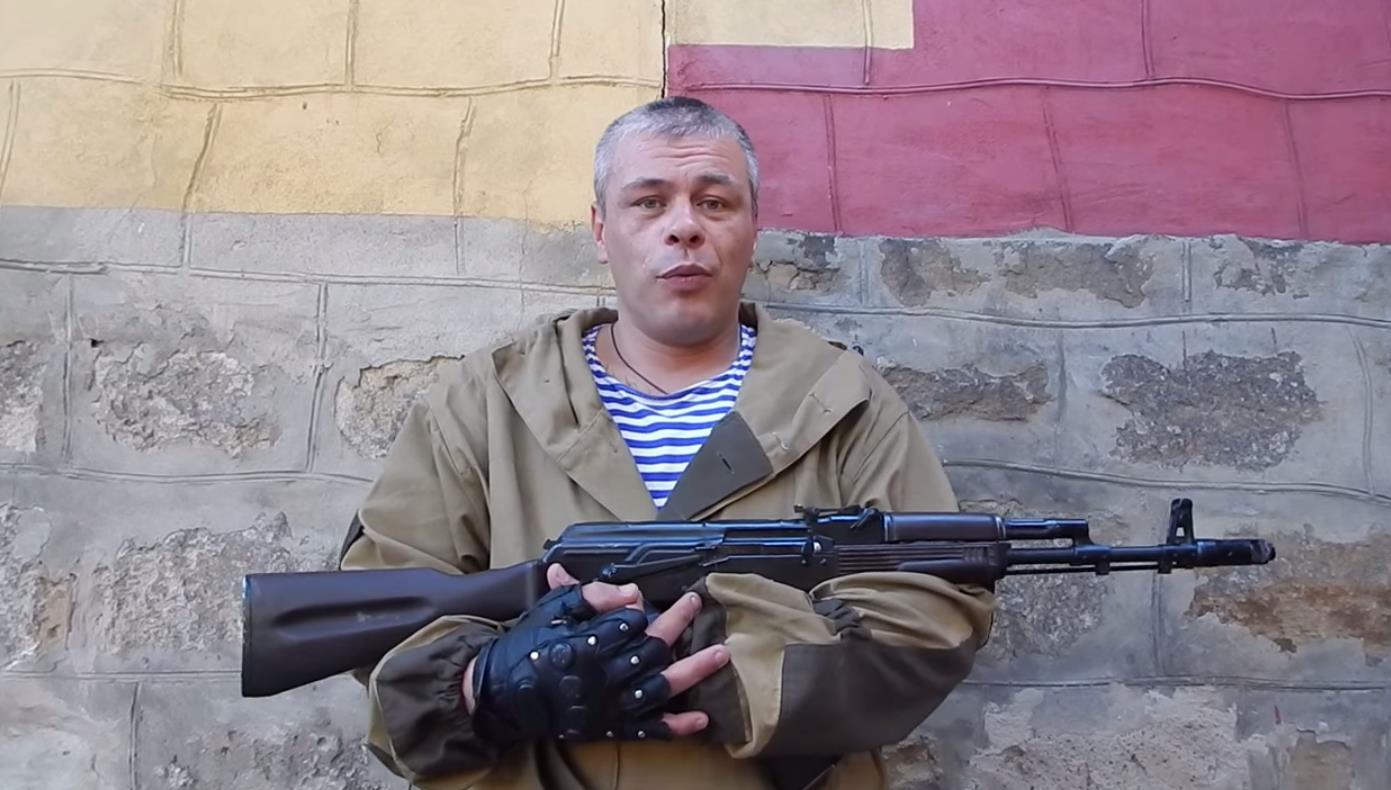 Стоя перед камерой в военной форме с автоматом Калашникова Александр Негребецких опроверг появивш