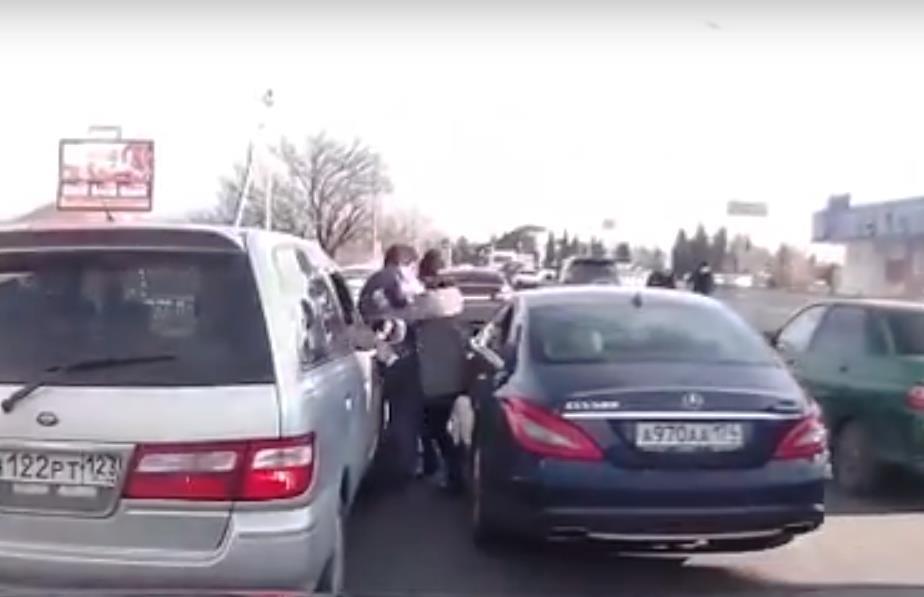 В сети обсуждают инцидент, произошедший 19 февраля на автомобильном кольце у моста через Мзымту в