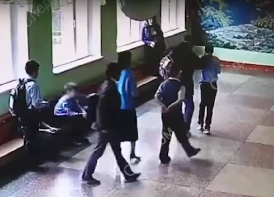СКР опубликовал видео «разборки» челябинского родителя с 11-летним школьником. На записи видно, к