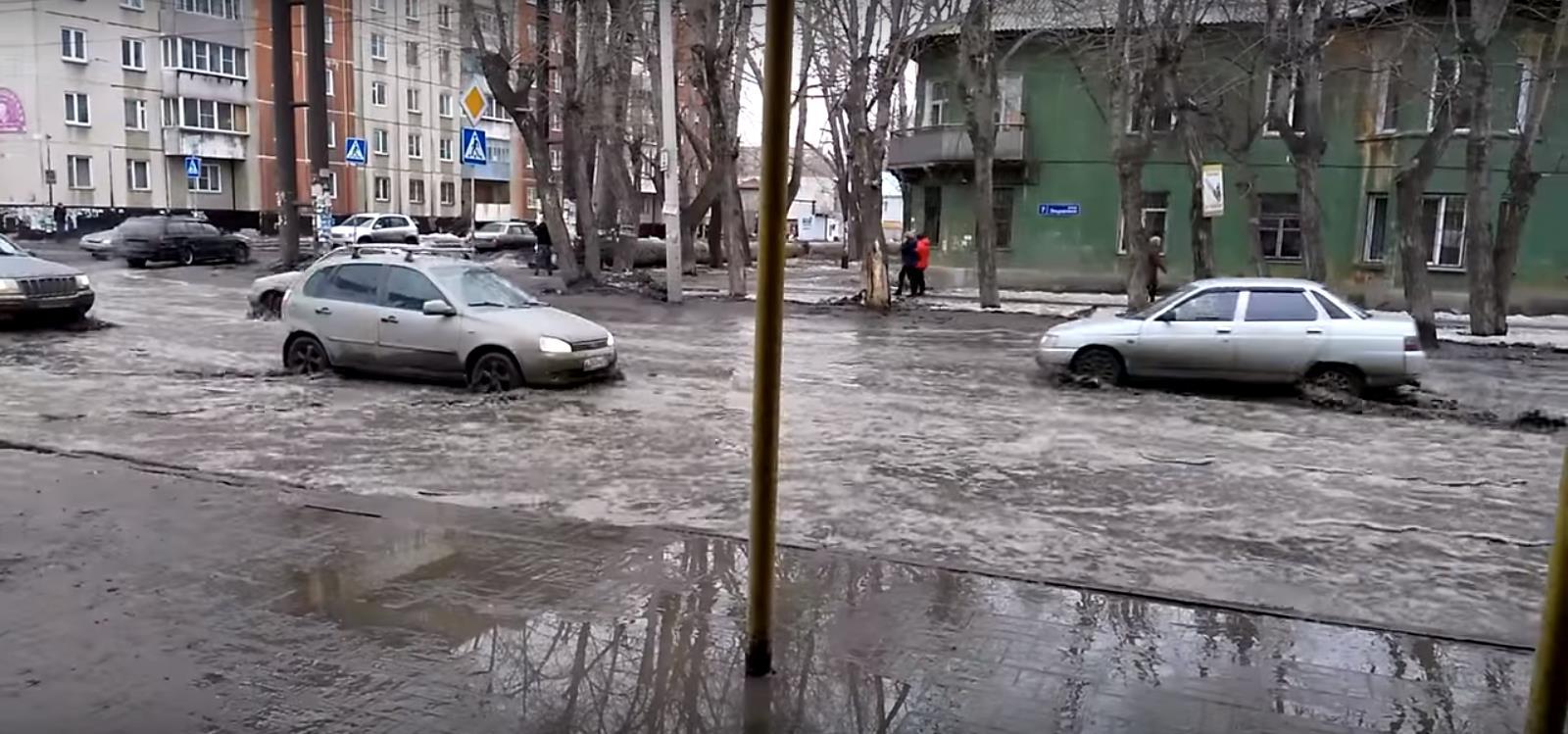 На размещенных жителями областного центра в сети Интернет видеосюжетах видно, что расположенные в