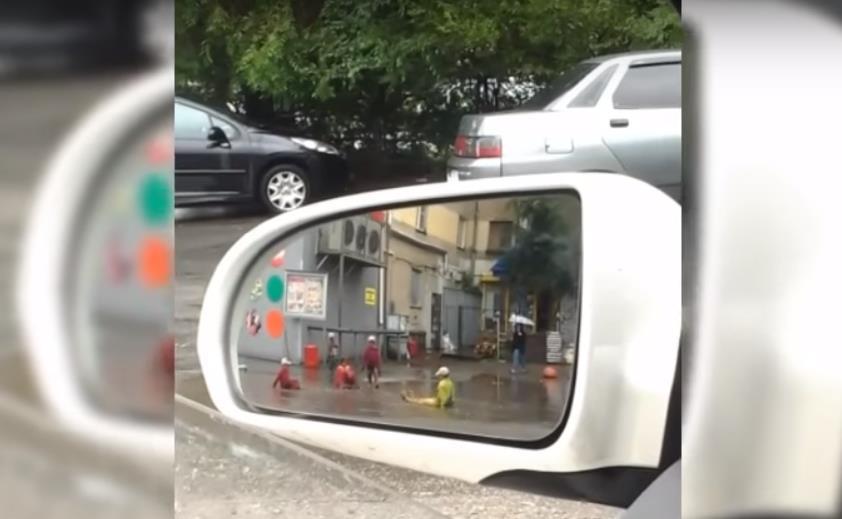 На кадрах, снятых на камеру мобильного телефона, видно, что маленькие дети сначала просто бегают