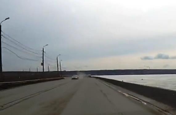 На кадрах видно, как белая машина на скорости выезжает из-за поворота, задев встречное авто, и ед