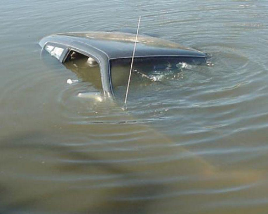 В поселке Магнитка (Кусинский район, Челябинская область) автомобиль упал в водоем. Женщина и шес