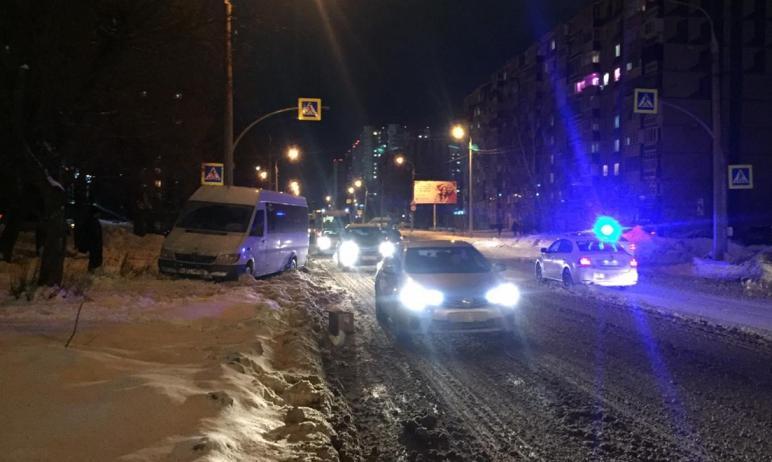 В Челябинске водитель микроавтобуса сбил маму с ребенком, который ехал в санках. Они госпитализир