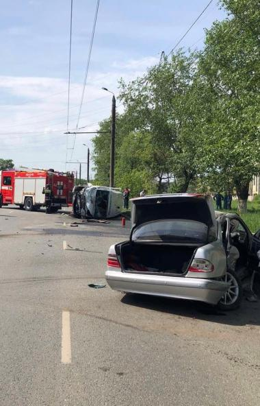 В Челябинске в лобовом столкновении двух «Мерседесов» пострадали два человека. Виновник аварии не