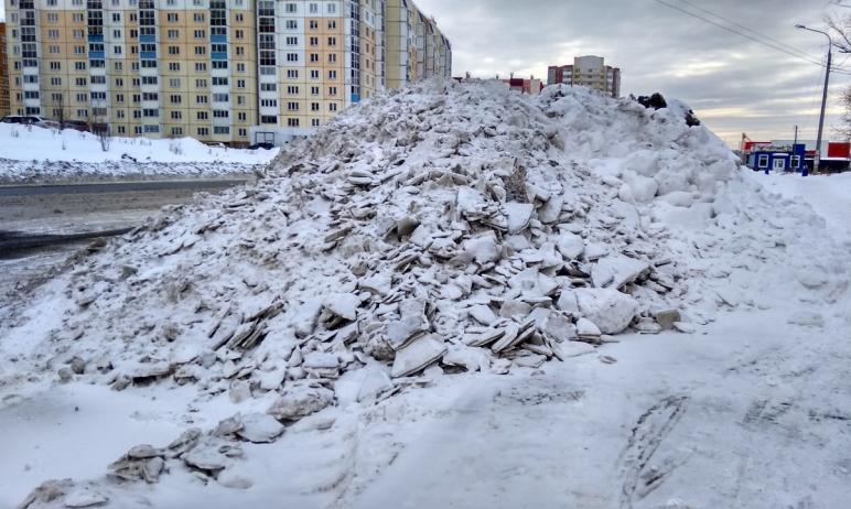Водители Челябинска жалуются, что им не видно пешеходов из-за не вывезенных с городских улиц огро