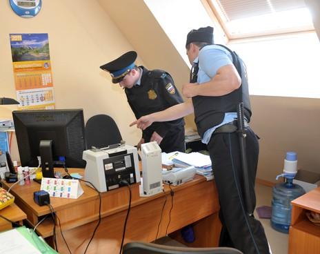 Информацию о том, что в кабинетах здания производится обследование и выемка документов, подтверди