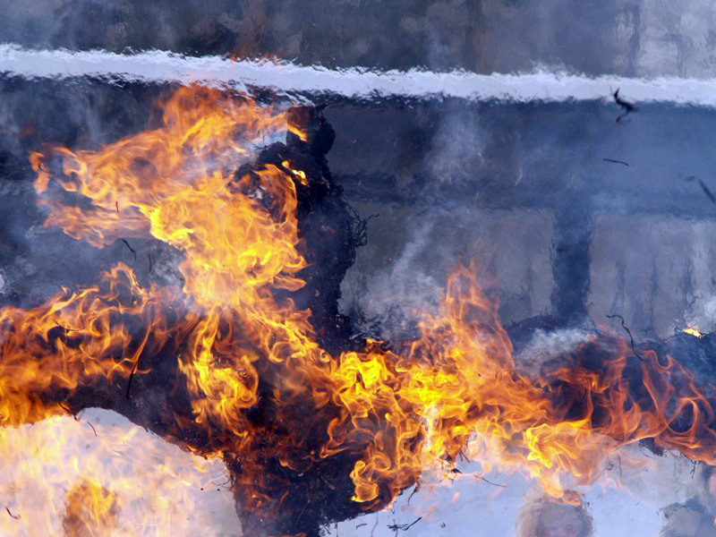 По прибытии к месту вызова огнеборцев происходило открытое горение в одной из квартир и на кровле