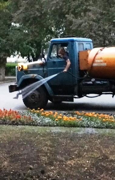 Коммунальщики Челябинска для полива дорог и аэрации воздуха вывели на улицы города 13 поливальных