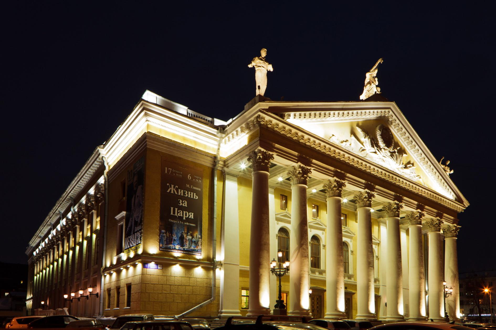 Как стало известно из достоверных источников, театр собрался покинуть и его главный дирижер Антон