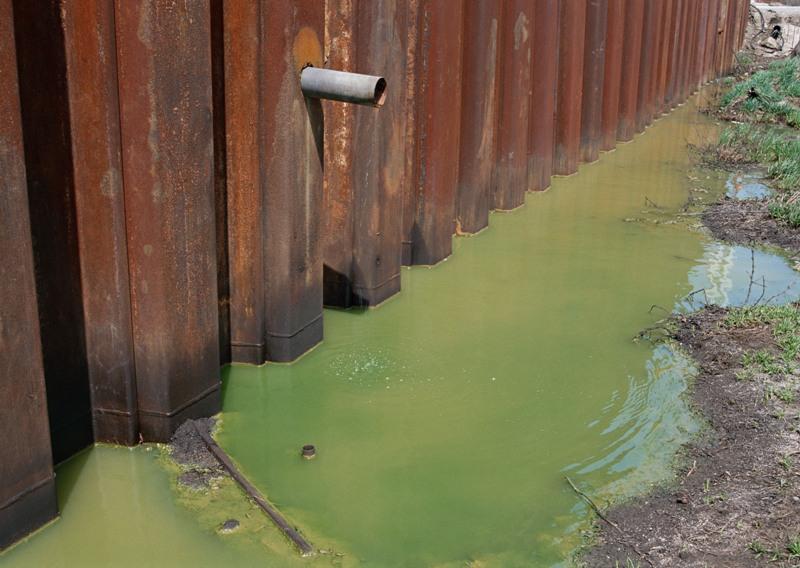 На участке площадью 1 тысяча 752 квадратных метра, где расположен бывший склад, пестициды лежат п