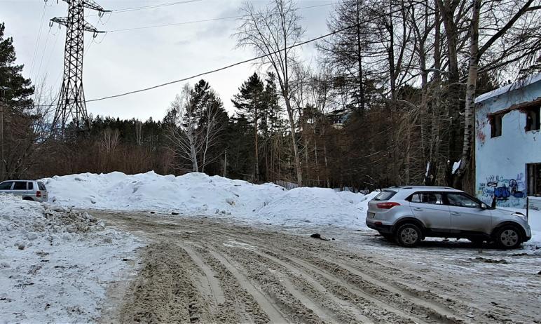 В челябинском городском бору всю зиму незаконно складируют снег, убранный с дорог. На проблему об