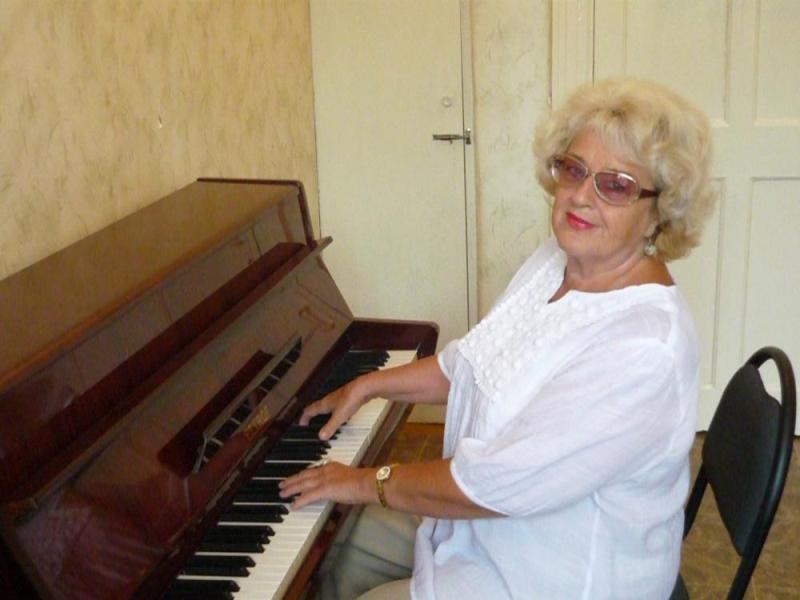 Пианистка и музыковед, опытнейший педагог с 60-летним стажем, большая поклонница джаза, автор бес
