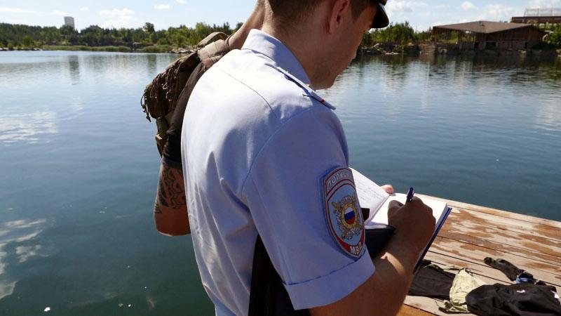 Челябинские полицейские выловили из вод Изумрудного карьера нарушителей запрета на купание.