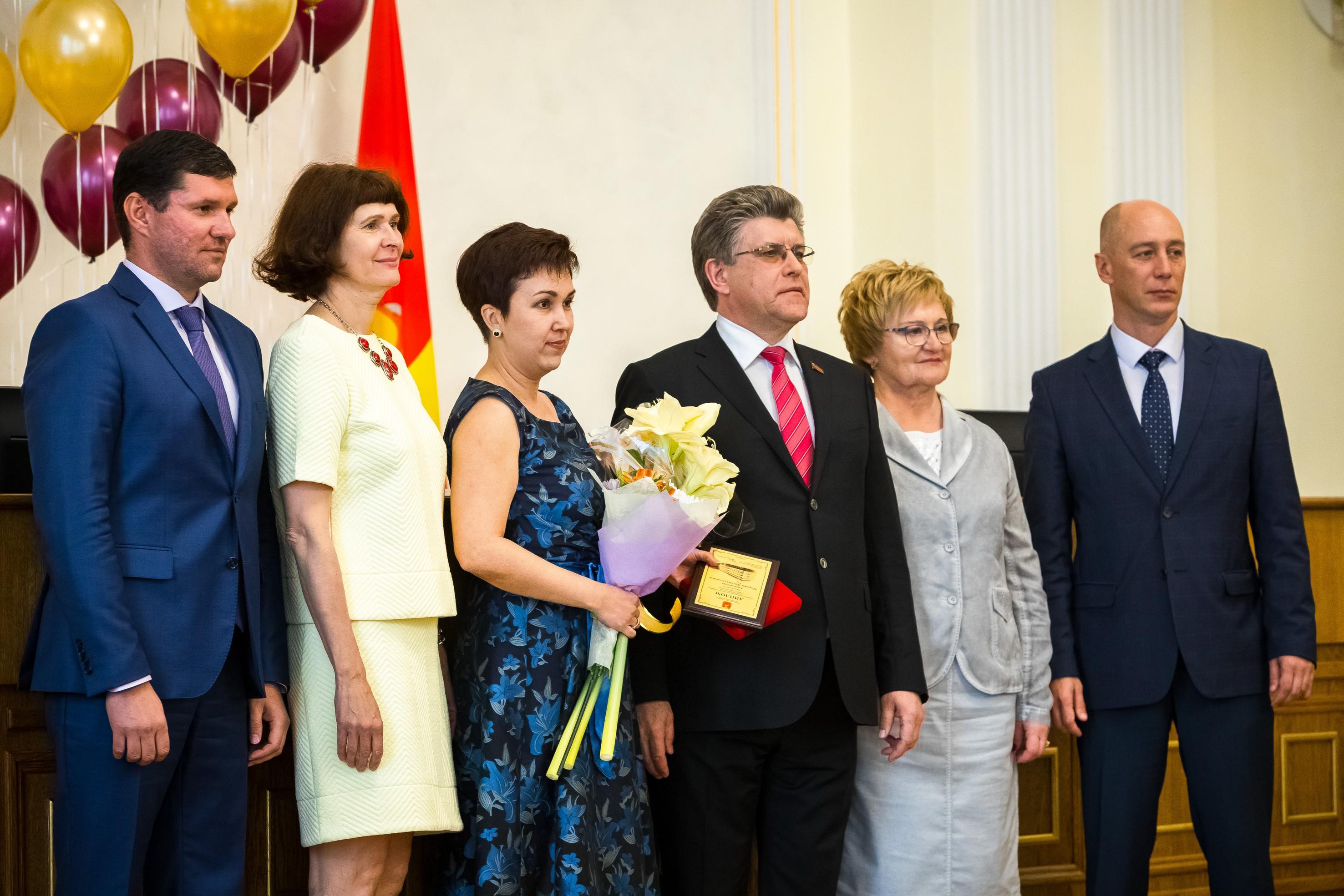 Заместитель председателя Законодательного Собрания Челябинской области Александр Журавлев вручил
