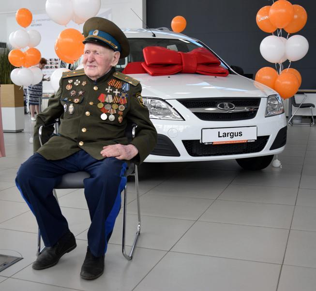 Председатель Законодательного Собрания области Владимир Мякуш вручил ветерану Великой Отечественн