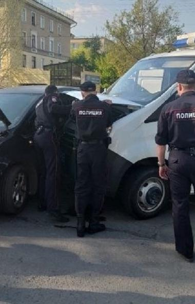 В Копейске (Челябинская область) полицейский автозак, который вез подследственных из суда, столкн
