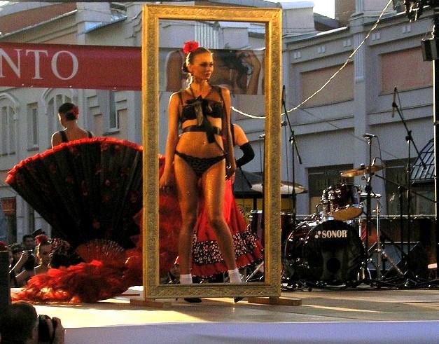 Дефиле предварил концерт «Уральского диксиленда» Игоря Бурко, а открыл парад показ коллекции нижн