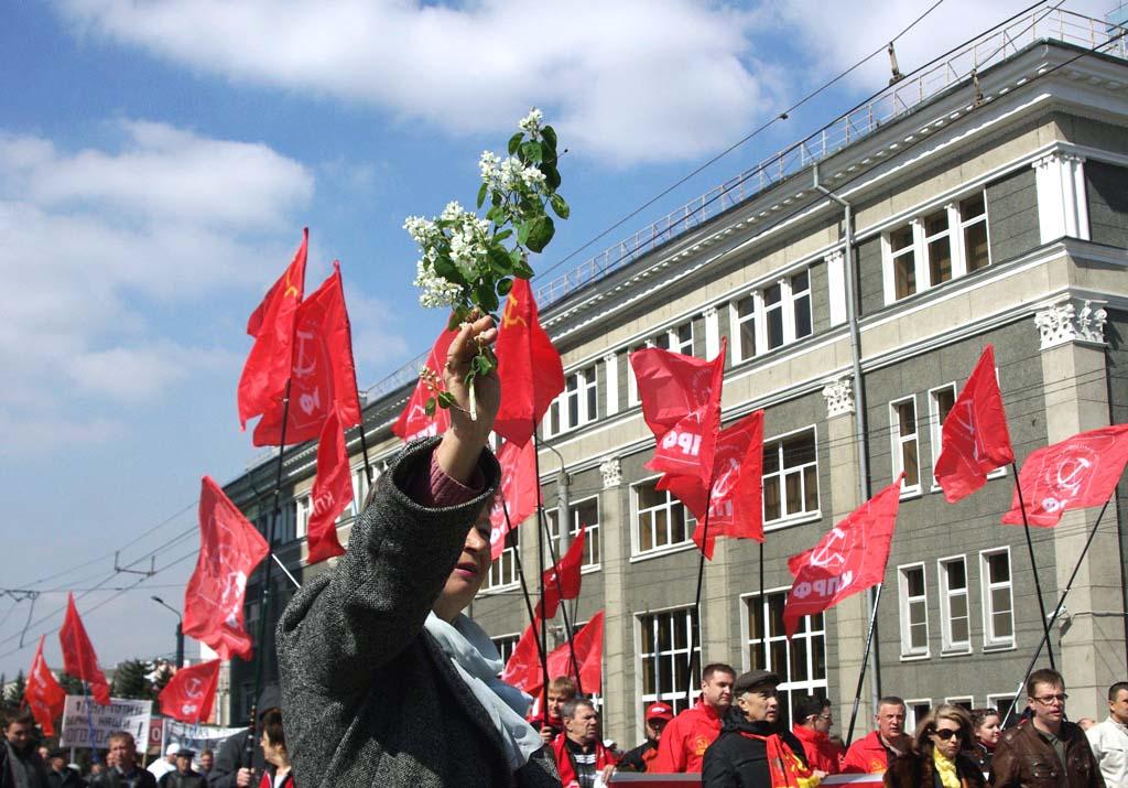 Одни проходили мимо памятника Ленину и растворялись в городской суете, другие митинговали отведен