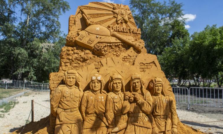 В Челябинске вчера, 21 июня, в Саду камней открылся фестиваль песочной скульптуры. Одиннадцать фи