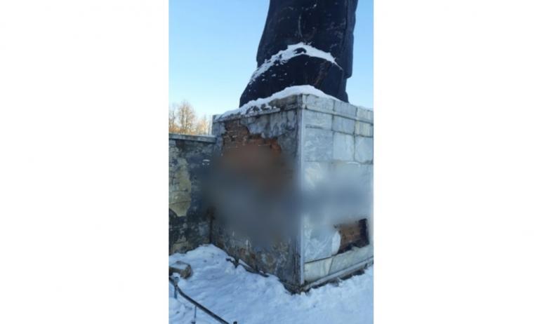 В городе Куса Челябинской области общественники озаботились состоянием постамента памятника Влади